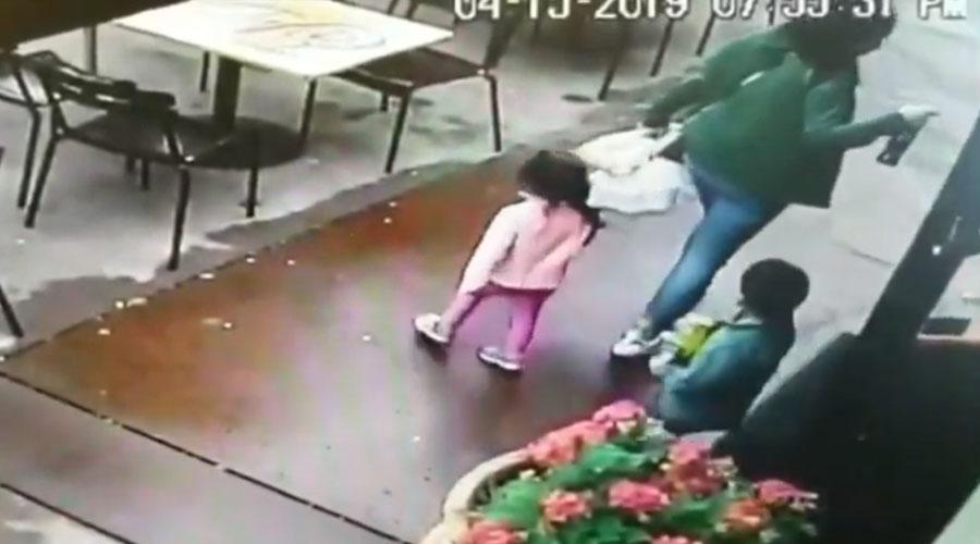 Video: Mujer y sus dos hijos se salvan de ser atropellados | El Imparcial de Oaxaca