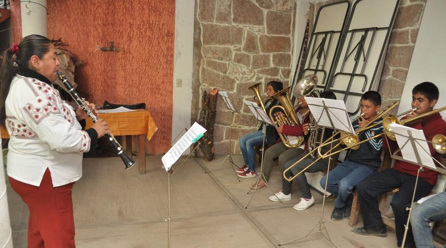Mujeres del viento florido toman la batuta y los instrumentos