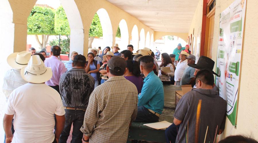 Toman el palacio de Santiago Huajolotitlán y  retienen a personal