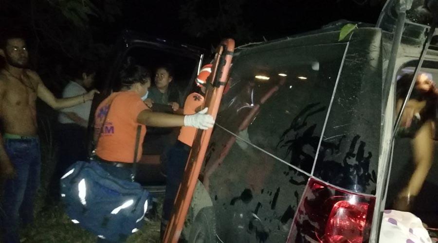 Camioneta se sale del camino, en la Costa oaxaqueña | El Imparcial de Oaxaca