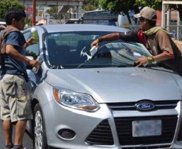 Limpia parabrisas agrede a joven en Huajuapan