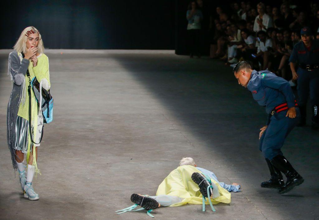 "Video: Modelo muere en plena pasarela de la ""Fashion Week"" de Brasil | El Imparcial de Oaxaca"