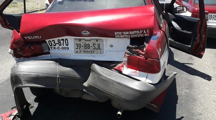 Estaquitas vs taxi foráneo deja considerables daños materiales | El Imparcial de Oaxaca