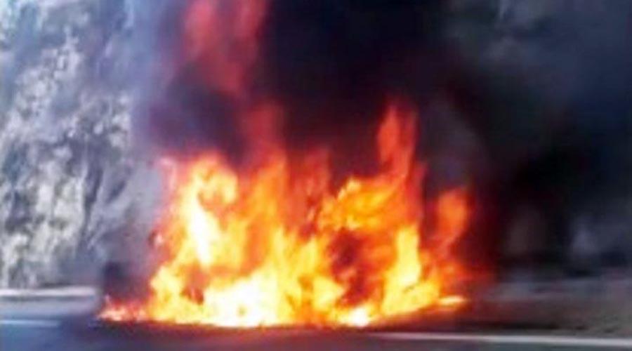 Fuego consume un vehículo en la súpercarretera a Puebla | El Imparcial de Oaxaca