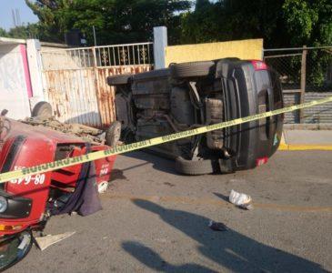 Choque-volcadura en Suchilquitongo deja dos lesionados