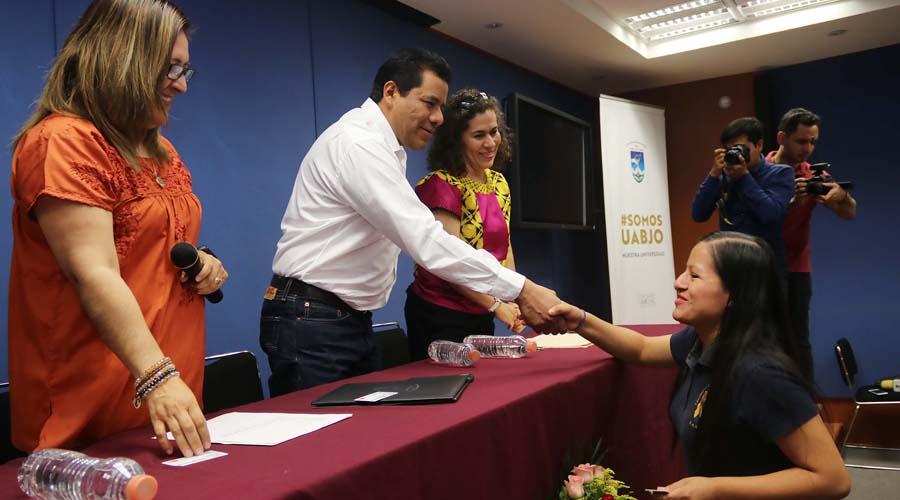 Estudiantes de la UABJO reciben becas de la FAHHO   El Imparcial de Oaxaca