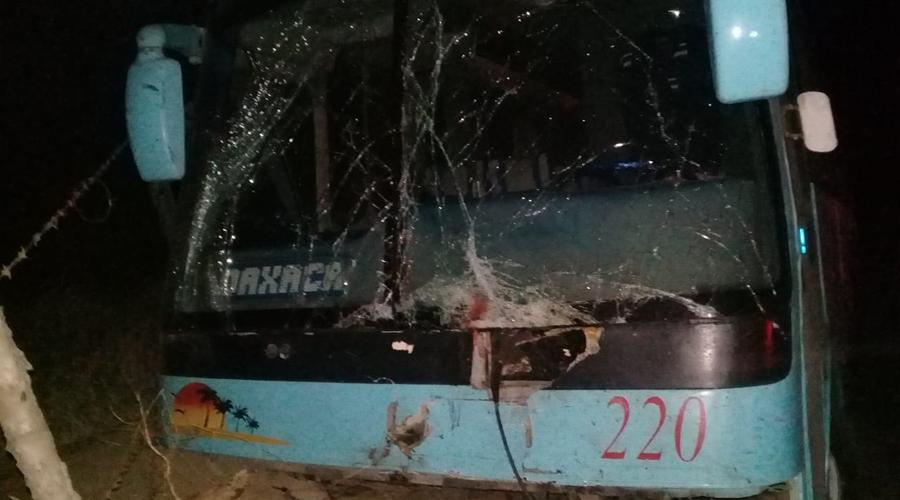 Tres motociclistas pierden la vida al chocar contra un autobús en la carretera federal 200