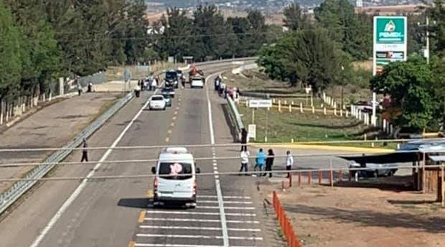 Bloquean taxistas de Nochixtlán carretera Huajuapan-Oaxaca