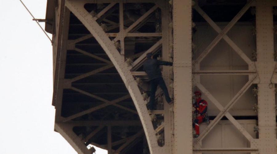Video: Hombre escala la Torre Eiffel y visitantes tienen que evacuarla | El Imparcial de Oaxaca