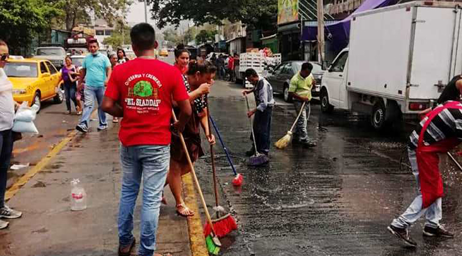 Limpian comerciantes las calles céntricas de Salina Cruz