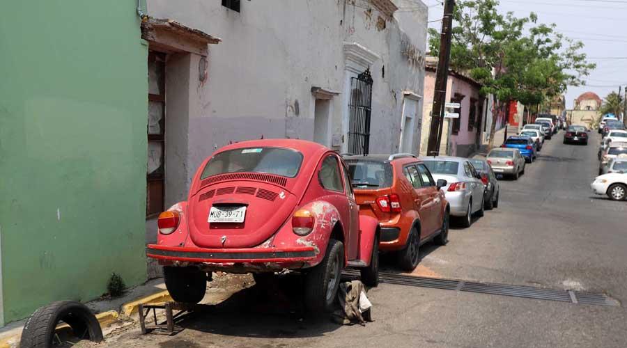 """Piden retirar autos  """"chatarra"""" en calles de Oaxaca"""
