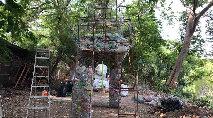Presentan en Juchitán, escultura contenedora de PET