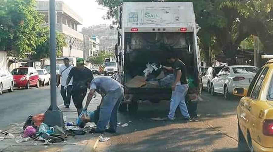 Recolectan trabajadores el muladar que dejaron en calles de Salina Cruz