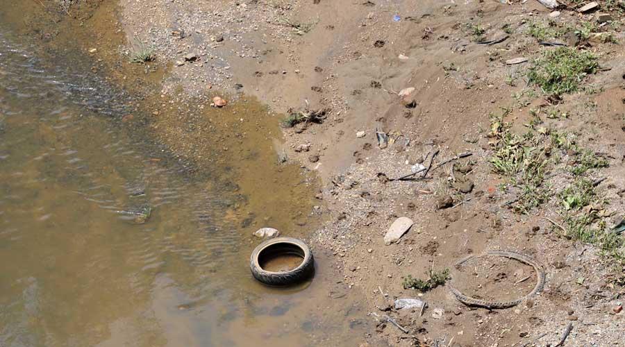 Saturado de escombro luce el Río Atoyac