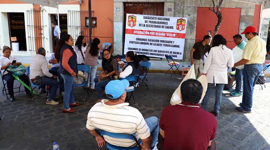 Mantienen plantón trabajadores del PAC en la capital de Oaxaca | El Imparcial de Oaxaca