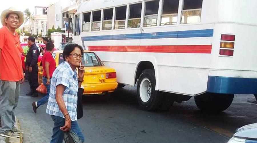 Urbaneros y taxistas del Istmo, exponen la vida  de los usuarios | El Imparcial de Oaxaca