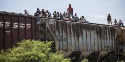 """Video: migrante pierde pie mientras intenta subir a """"La Bestia"""""""