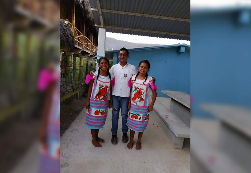 Ante falta de recursos, maestro de Conafe realiza huipiles con costales y se vuelve viral | El Imparcial de Oaxaca