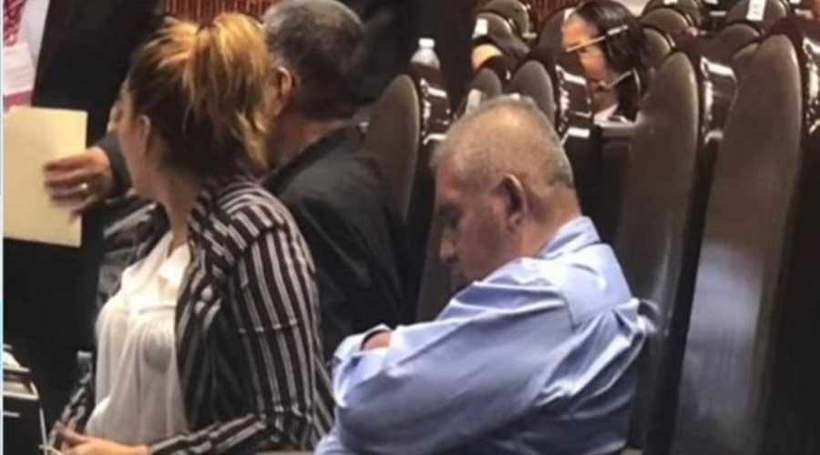 Diputado de Morena se duerme por tercera vez en acto público | El Imparcial de Oaxaca