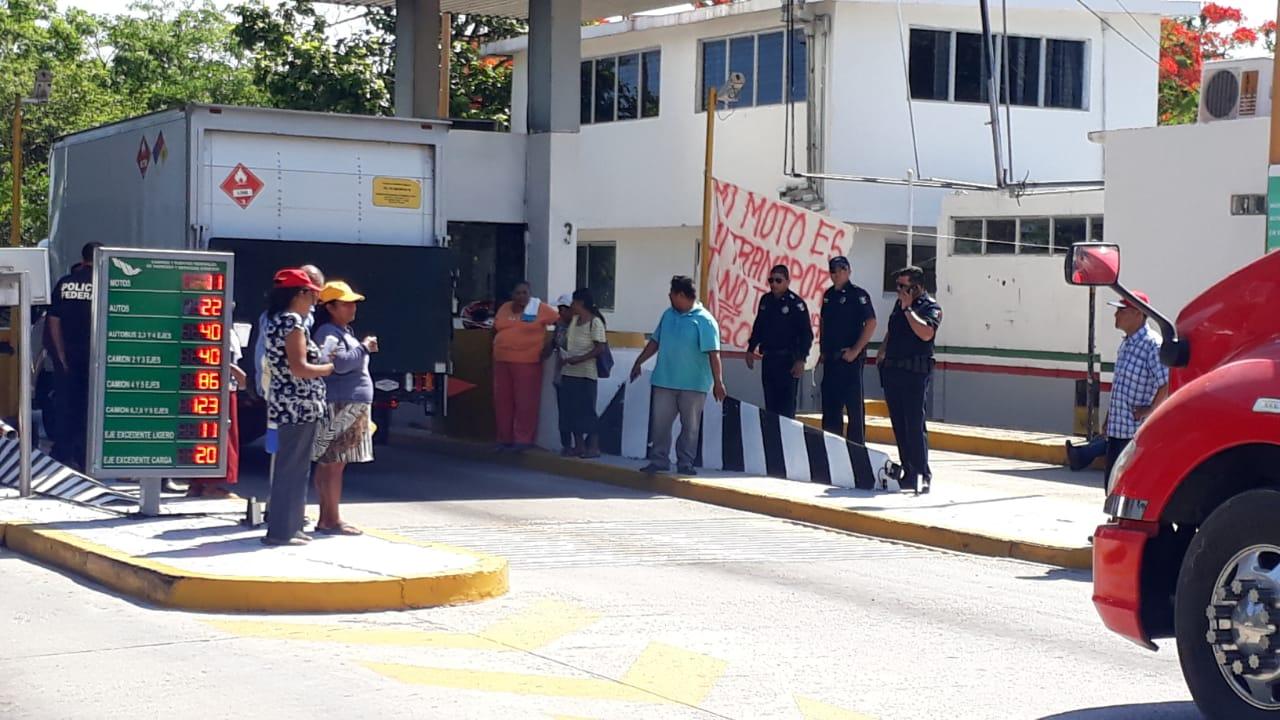 Motociclistas toman caseta de cobro | El Imparcial de Oaxaca