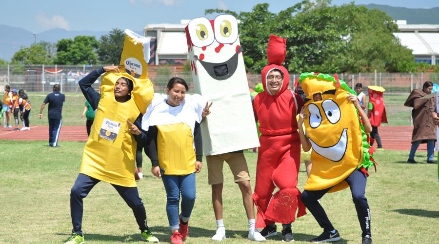 Alumnos de la universidad La Salle protagonizaron una  carrera de botargas