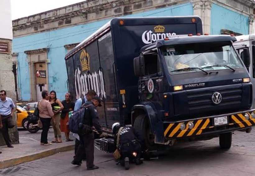 Camión de cervecera atropella a motociclista en Centro Histórico | El Imparcial de Oaxaca