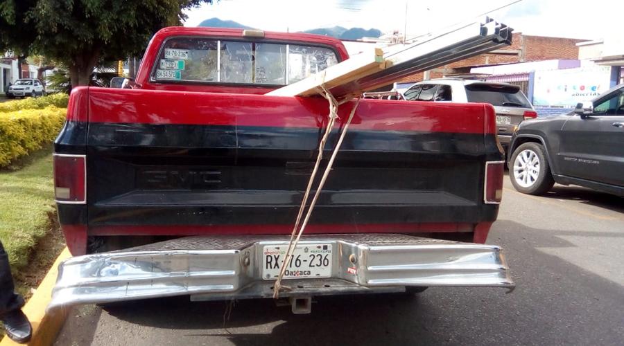 Choque en la colonia Reforma deja daños materiales