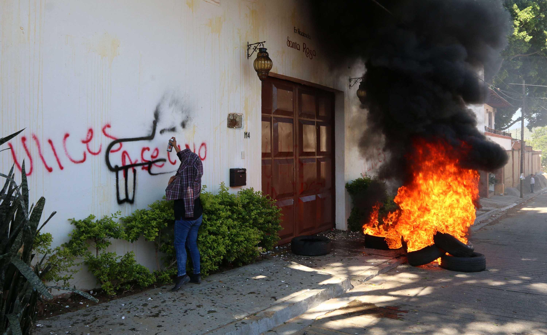 S-22 vandaliza salón en protesta por visita de Ulises Ruiz | El Imparcial de Oaxaca