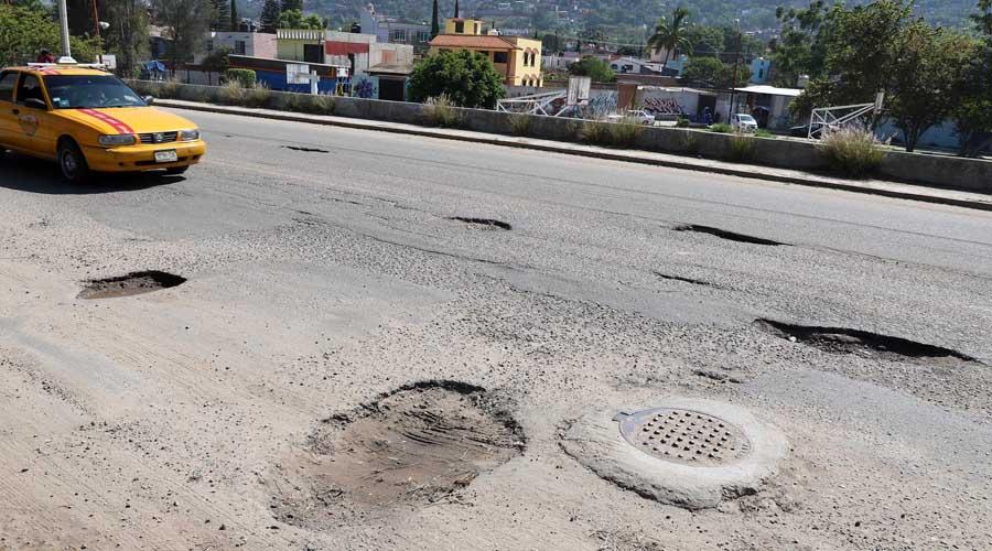 A paso de tortuga, las  reparaciones de vialidades en Oaxaca
