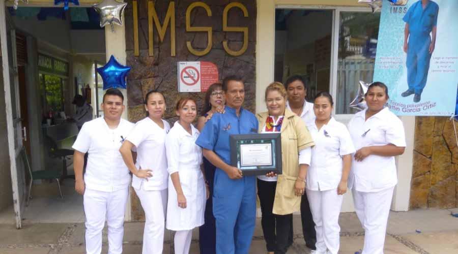 Reconocen a trabajador de Unidad Médica Familiar del  IMSS en Cuicatlán