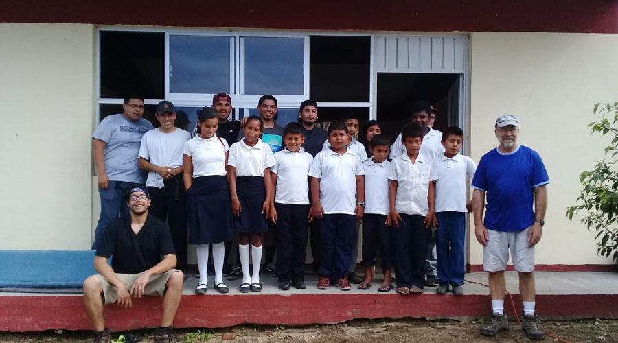 Estadounidenses instalan paneles solares en escuela de Jamiltepec
