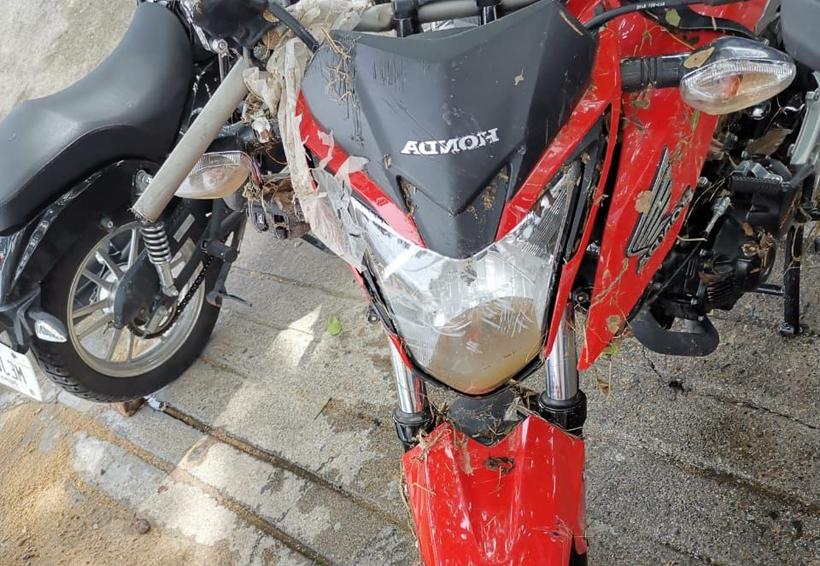 Lluvia en Salina Cruz arrastra motocicleta
