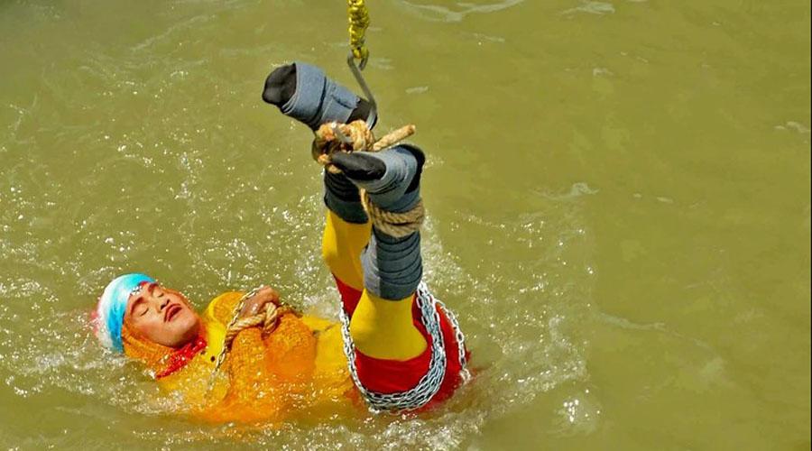 Video: Desaparece escapista que se sumergió encadenado a un río | El Imparcial de Oaxaca