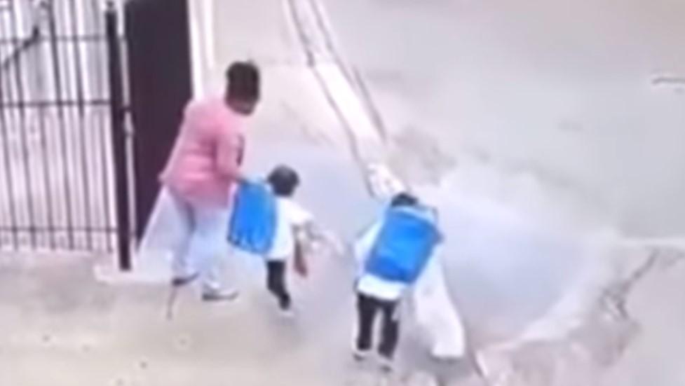 Video: Niñas le aplican llave de lucha libre a su mamá en plena calle | El Imparcial de Oaxaca