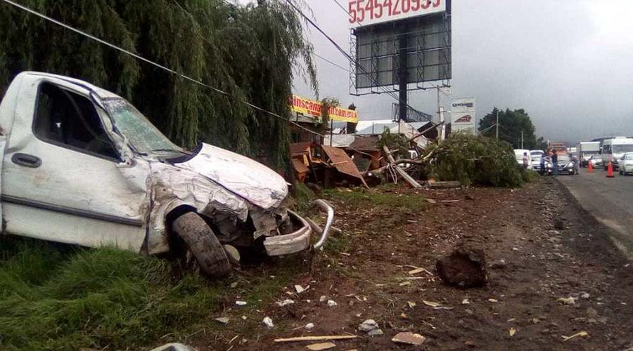 Tráiler con toneladas de algodón pierde el control y provoca tremendo accidente | El Imparcial de Oaxaca