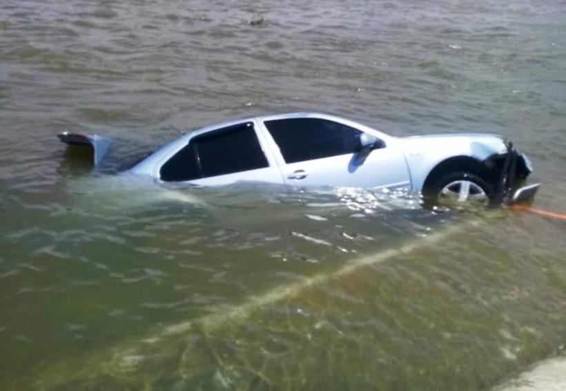 Muere conductor al  caer con su vehículo  al río Papaloapan