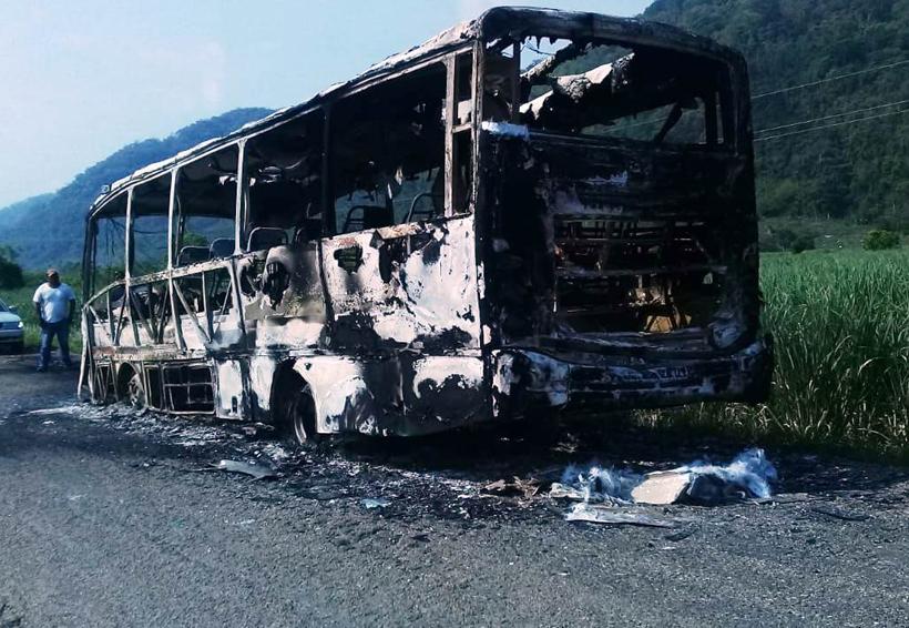 Se incendia autobús en San Lucas Ojitlán