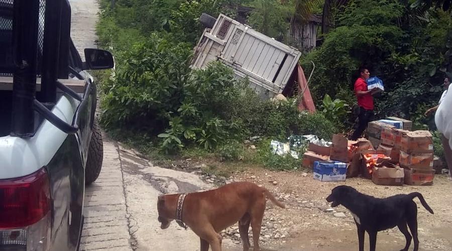 Aparatosa volcadura en Puerto Escondido, Oaxaca | El Imparcial de Oaxaca