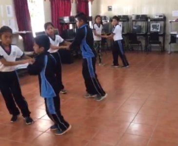 Sorprende maestro de Reyes Etla que enseña a sus alumnos a bailar salsa