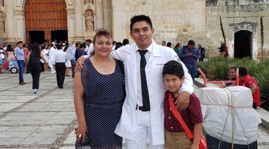 Uriel se gradúa  como médico