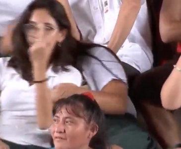 """Video: Estudiante """"le pinta el dedo"""" a AMLO durante entrega de becas escolares"""