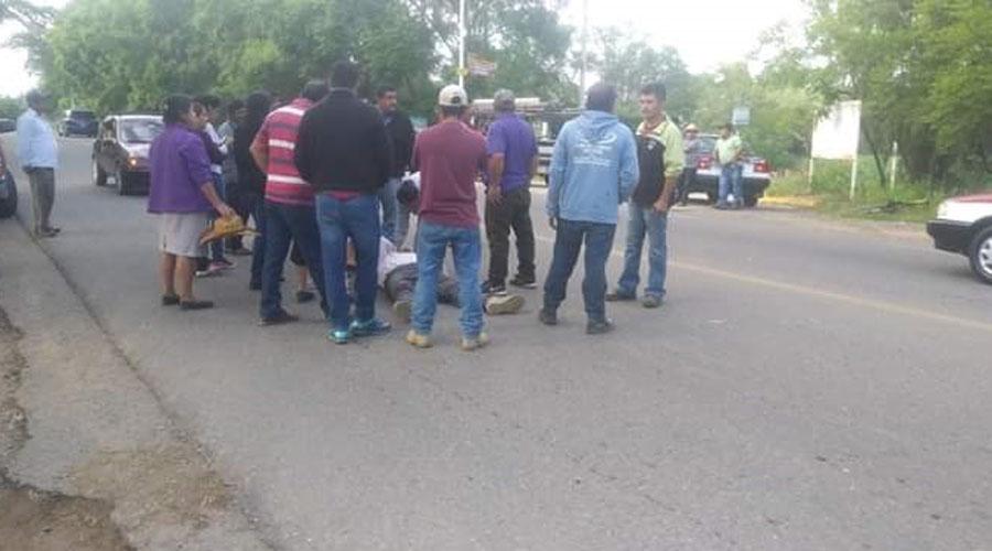 Hombre a bordo de una carreta es impactado por vehículo en San Juan Chilateca.
