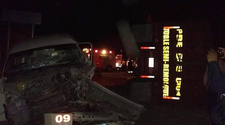 Fuerte choque entre un tráiler y una urvan  en la carretera federal 190