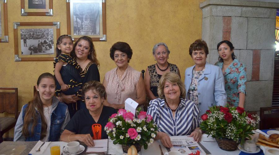 En reunión de trabajo, aprovechan para celebrar cumpleaños | El Imparcial de Oaxaca
