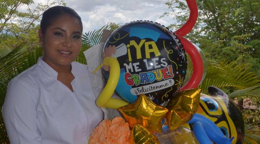 Alejandra termina la licenciatura