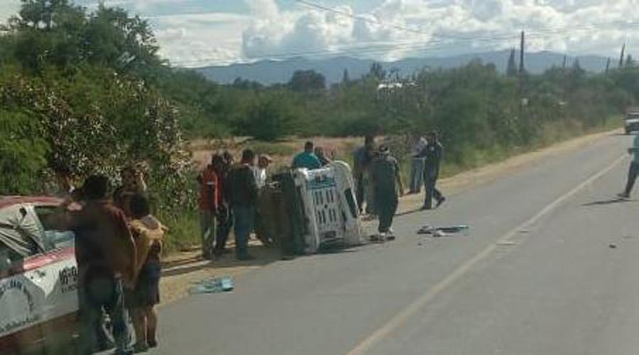 Taxi impacta a mototaxi y vuelca en San Lorenzo Cacaotepec