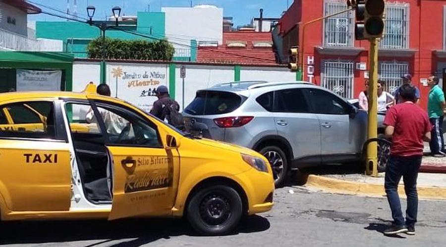 Camioneta de lujo se impacta contra semáforo en colonia Reforma