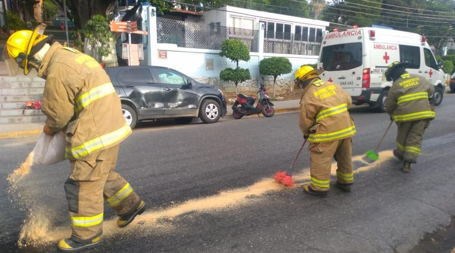 Camión derrama aceite, y derrapan motociclistas en la calle Crespo