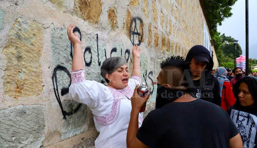 Turistas se enfrentan con feministas; rechazan daño al patrimonio | El Imparcial de Oaxaca