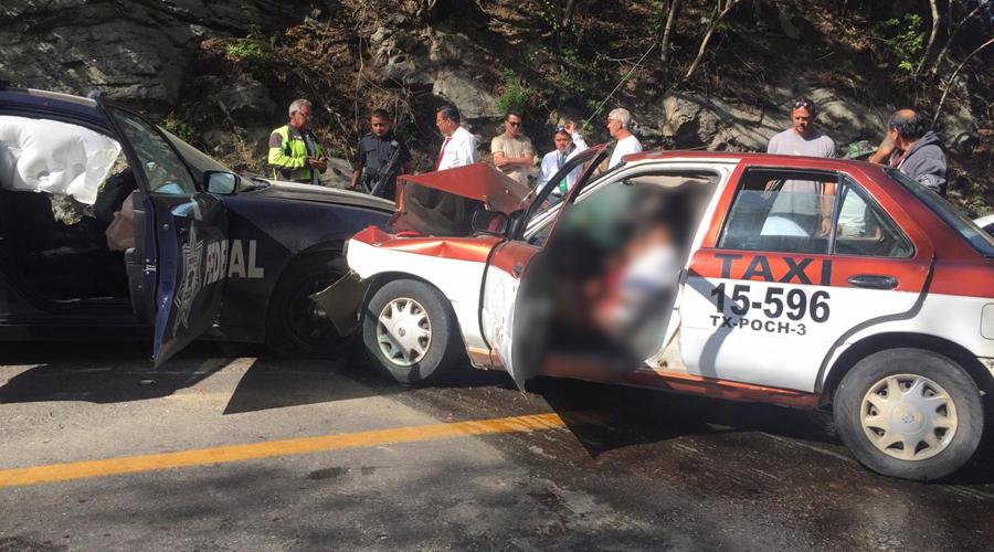 Patrullero federal se estampa contra un taxi en el tramo Pochutla-Huatulco